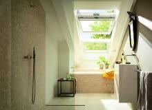 W starym dachu najprostszym rozwiązaniem jest zestawienie okien połaciowych w pionie. Zdarza się, że krokwie nie są rozmieszczone w równych odległościach
