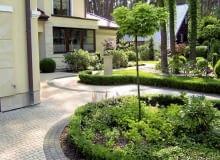 B| Aranżacja ogrodu. Od frontowej strony budynku rosną głównie różaneczniki i bukszpany. Obwódki wprowadzają ład i harmonię