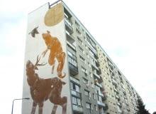 Młoda malarka, Joanna Skiba, dowiedziała się o tym, że będzie mogła namalować murale na ścianie bloku przy ul. Pilotów 10h kilka dni przed rozpoczęciem Festiwalu Monumental Art. Zastąpiła Remeda, któremu nie udało się dotrzeć do Gdańska. Francuski muralista swój projekt zrealizuje w przyszłym roku. Choć praca na tak wysokich rusztowaniach była dla Joanny dużym wyzwaniem, artystka jest zadowolona, że przełamała lęk i zrealizowała swój projekt. Jak wam się podoba piramida zwierząt w wydaniu Joanny Skiby?