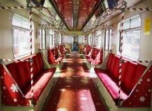 Pociąg metra udekorowany na mikołajki