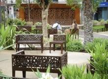 Zardzewiałe ławki - nadają industrialnego charakteru temu zielonemu wnętrzu.