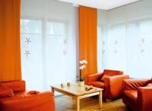 Już nie tylko tradycyjne zasłony i firany, ale także nowoczesne tkaninowe ekrany, żaluzje i rolety - od rzymskich po austriackie. Dziś sposobów aranżacji okien jest naprawdę mnóstwo. Oto ich przegląd. <BR />OKNO Z EKRANAMI. Jak ozdobić okna zajmujące dwie ściany? Dekoracja powinna być praktyczna, efektowna i nie dominować we wnętrzu. Takie warunki spełniają ekrany. Proste i lekkie, nie przytłaczają salonu i harmonizują z nowoczesnym wystrojem całego pomieszczenia.