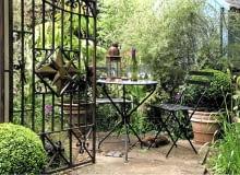 Metalowe przęsła, trelisy, meble i podpory dla pnączy doskonale wpisują się w ogrodowy świat