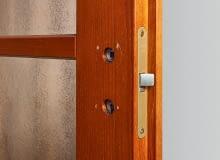 Zamki do drzwi wewnętrznych rzadko się psują, bo też nie eksploatujemy ich tak, jak w drzwiach wejściowych. Najczęstszym powodem do zmiany jest zgubienie klucza. Do zamków typu yale zwykle są przynajmniej dwa klucze, które w razie potrzeby łatwo dorobić. Gorzej z zamkami na klucz tradycyjny. Jeśli chcemy mieć możliwość zamykania drzwi, trzeba go wymienić. Może się przy tym okazać, że wymiary nowego zamka nie są identyczne. Jeśli zamek jest większy, stare wpusty trzeba powiększyć; jeśli mniejszy - powstałe w skrzydle zagłębienia wypełnia się szpachlówką.