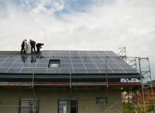 Montaż paneli i wykonanie instalacji wewnątrz domu należy powierzyć doświadczonym fachowcom
