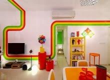 kolorowe mieszkanie, nowoczesne mieszkanie, wąski salon, mieszkanie z kolorowymi akcentami