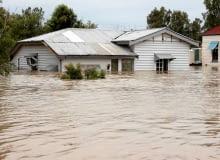 """Powodzie, wichury, śnieżyce i inne nieszczęścia - ich skutki """"złagodzi"""" nam odpowiednio dobrana polisa ubezpieczeniowa."""