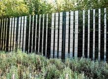 PANEL WYPEŁNIONy PERFOROWANYMI TAŚMAMI - w ten sposób powstało pół-ażurowe ogrodzenie, zapewniające odrobinę kameralności, a zarazem nieprzesłaniające ładnych widoków. Takie rozwiązanie najbardziej pasuje do nowoczesnych, a nawet minimalistycznych ogrodowych wnętrz.