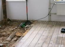Podłoga z desek na legarach ułożonych na stropie betonowym na belkach stalowych
