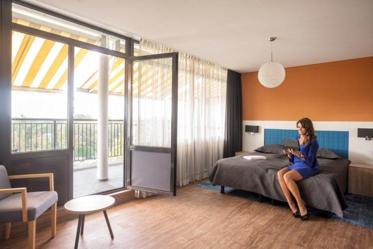 WEB-Balkon-Hotelkamer-4e-etage-bed-agnes