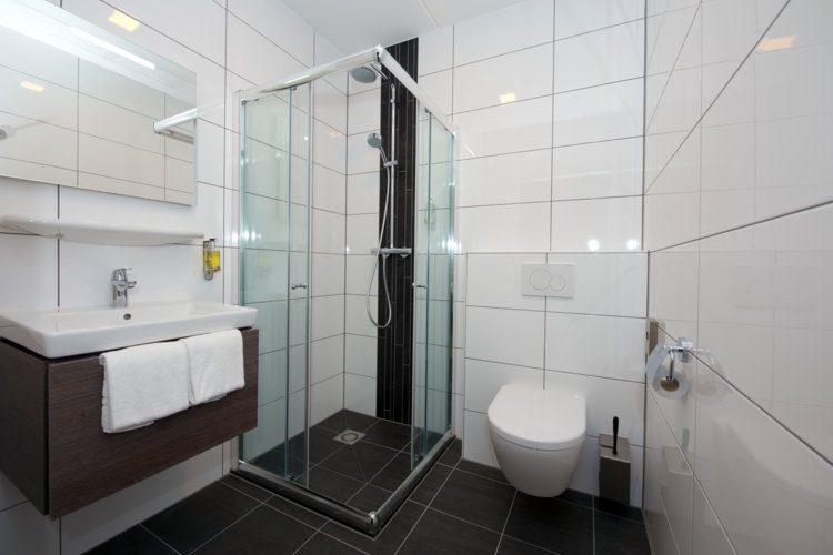 Badkamer_met_douche_en_toilet_Royal-hotelkamer_Preston_Palace