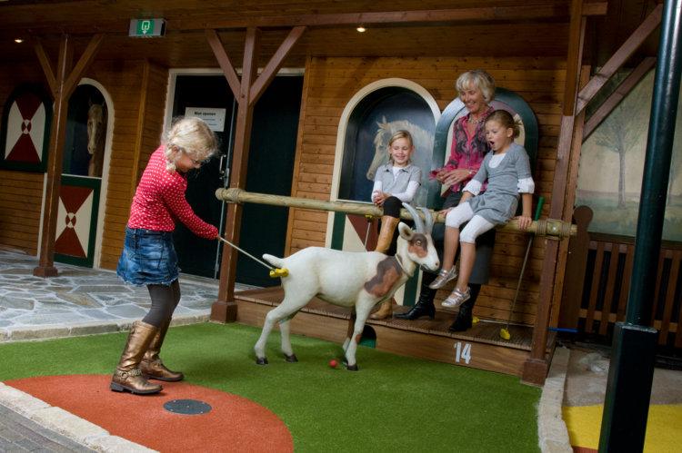 Oma_kleinkinderen_spelen_midgetgolf_Preston_Palace_all-in