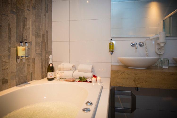 Bubbelbad_whirlpool_met_jetstreams_in_badkamer_luxe_Suite_Preston_Palace