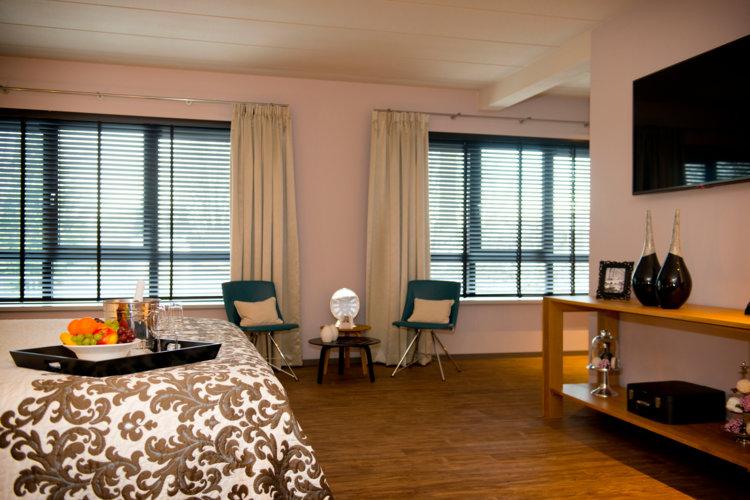 Kingsize_bed_en_mega_flatscreen_TV_in_luxe_Suite_Preston_Palace
