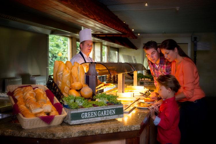 Gezin_uit_eten_buffet_uitgaanscentrum_Preston_Palace_all-inclusive