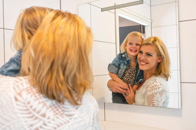 Moeder-dochter-badkamer-spiegel