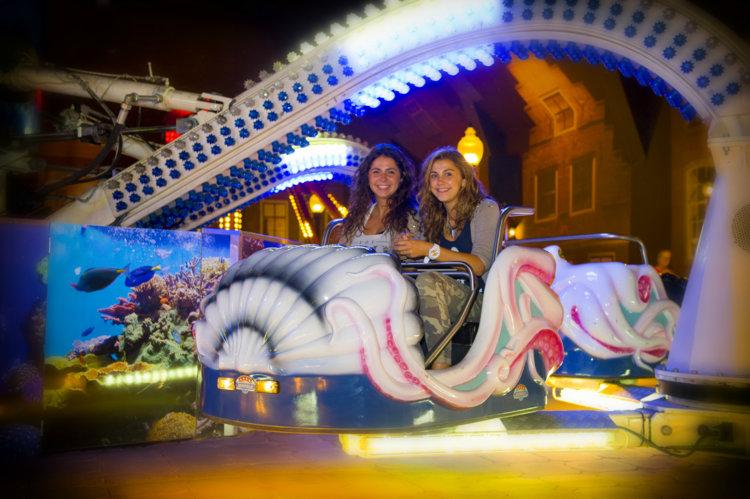 Vriendinnen_in_attractie_Octopus_Indoor-Kermis_Preston_Palace_