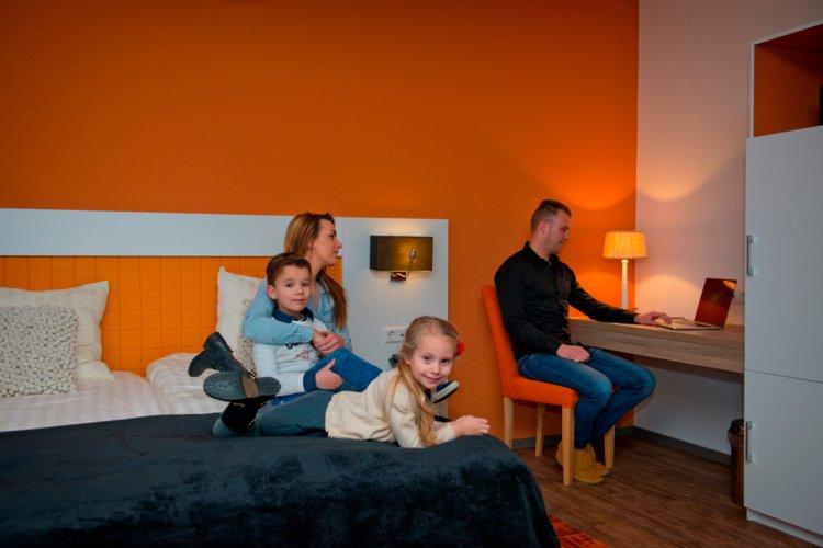 Gezin_met_kinderen_in_Royal_hotelkamer_Preston_Palace