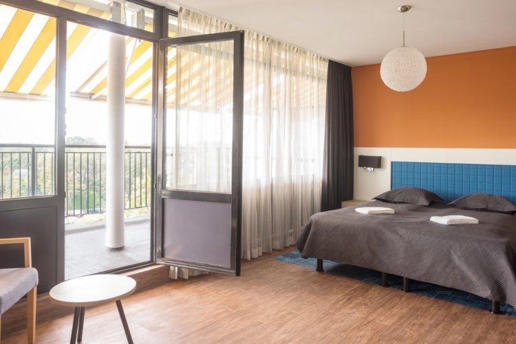 WEB-Balkon-Hotelkamer-4e-etage-bed. bijgesneden