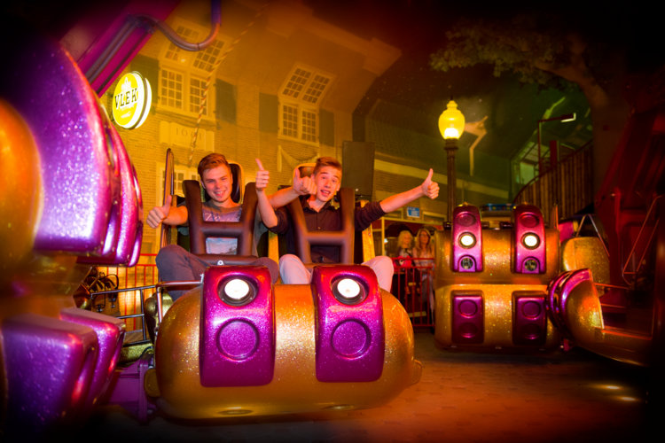 Jongens_in_Energy_Storm_attractie_Indoor-Kermis_Preston _Palace