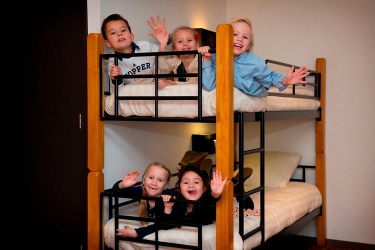 5_kids_in_stapelbed_Royal_hotelkamer_Preston_Palace