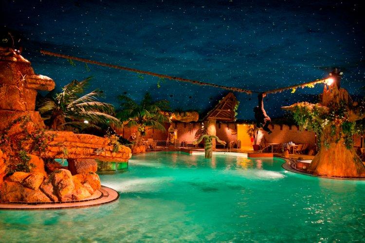 Aap_klimt_in_touw_over_water_subtropisch_zwemparadijs