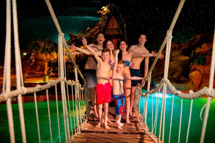 Tieners_op_touwbrug_subtropisch_zwemparadijs_Preston_Palace