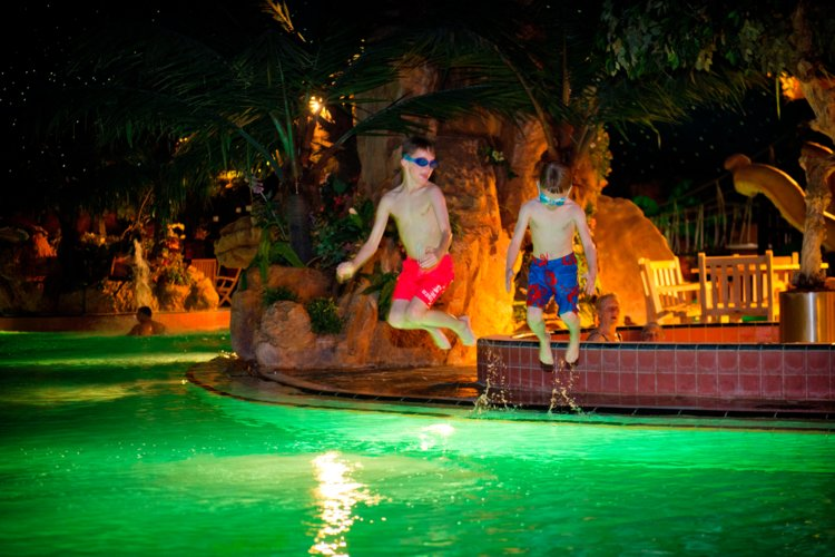 Twee_jongens_springen_in_het_water_van_het_subtropisch_zwemparadijs_Preston_Palace