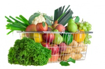 зелена марула до метална кошница с плодове на бял фон