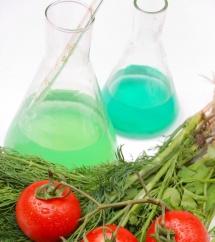 колба със синя течност и зеленчуци до нея