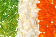 Три колони от зелени, бели и оранжеви зеленчуци на бял фон