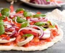 Пица с лилав лук, гъби, доматена паста и бяло тесто