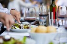 мъж реже с нож и вилица в чиния в ресторант