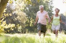 възрастен мъж и жена вървят бързо в парка