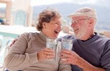 Баба и Дядо с чаша в ръка се смеят