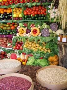 Купи със семена и зеленчуци разположени на пазара