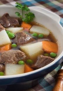 немска супа с картофи, зеленчуци и месо в пластмасова купа
