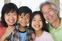 Здрави усмихнати възрастни хора и деца от Азиатски произход