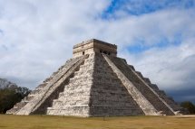 Латино американска пирамида на син фон