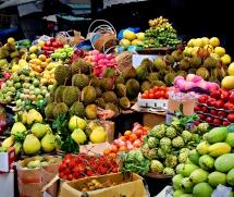 На пазара отрупан с екзотични плодове - манго, питая, авокадо, ананас