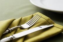 прибои върху зелена салфетка от плат
