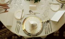 красиво аранжирани пробори и посуда върху бяла покривка