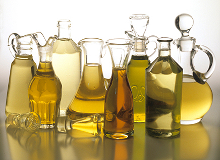 различни видове бутилки и в тях растителни масла