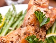 Розова риба сьомга с подправки и магданоз
