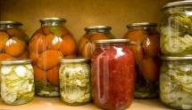 Буркани с доматно пюре,кайсии и тиквички