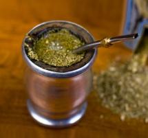 Чай в желязно канче върху дървена маса