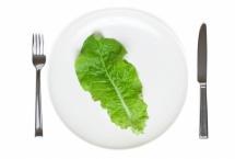 Маруля в бяла чиния с вилица и нож