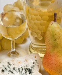 Бутилки бяло вино, круша,сирене и грозде на бял фон