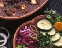 варени зеленчуци и плодове с месо в  глинена купа