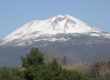Планина с бял заснежен връх
